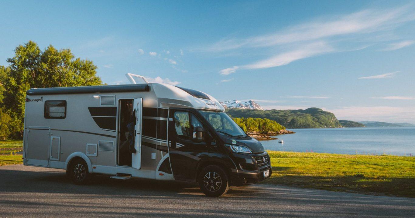 Tällä Sunlight T 68 XV-llä pariskunta lähti ensimmäistä kertaa matkailuautolla Norjaan.
