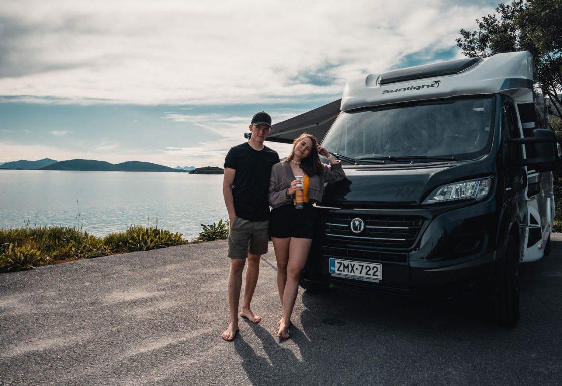 Elina ja Veikka lähdössä ensimmäiselle matkalle vuokratulla matkailuautolla.