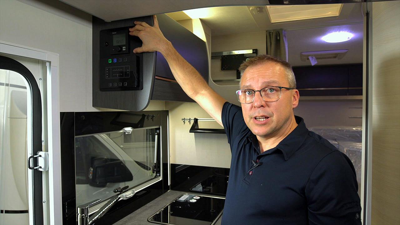 Challengerin keittiön kaapin vierestä löytyy hallintapaneeli.