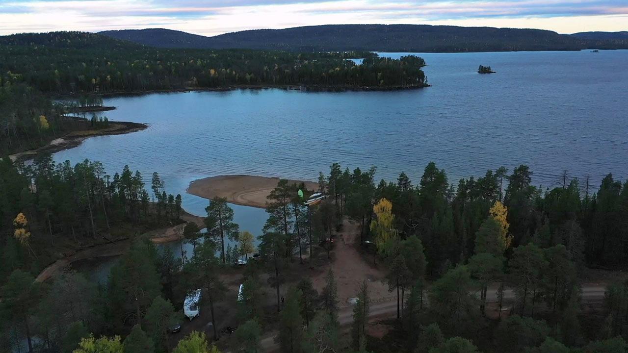 Auringonnousu Ivalossa syksyllä.