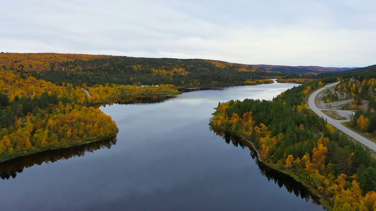 Syksyinen, värikäs maisema Inarin ja Utsjoen välisellä tienpätkällä.