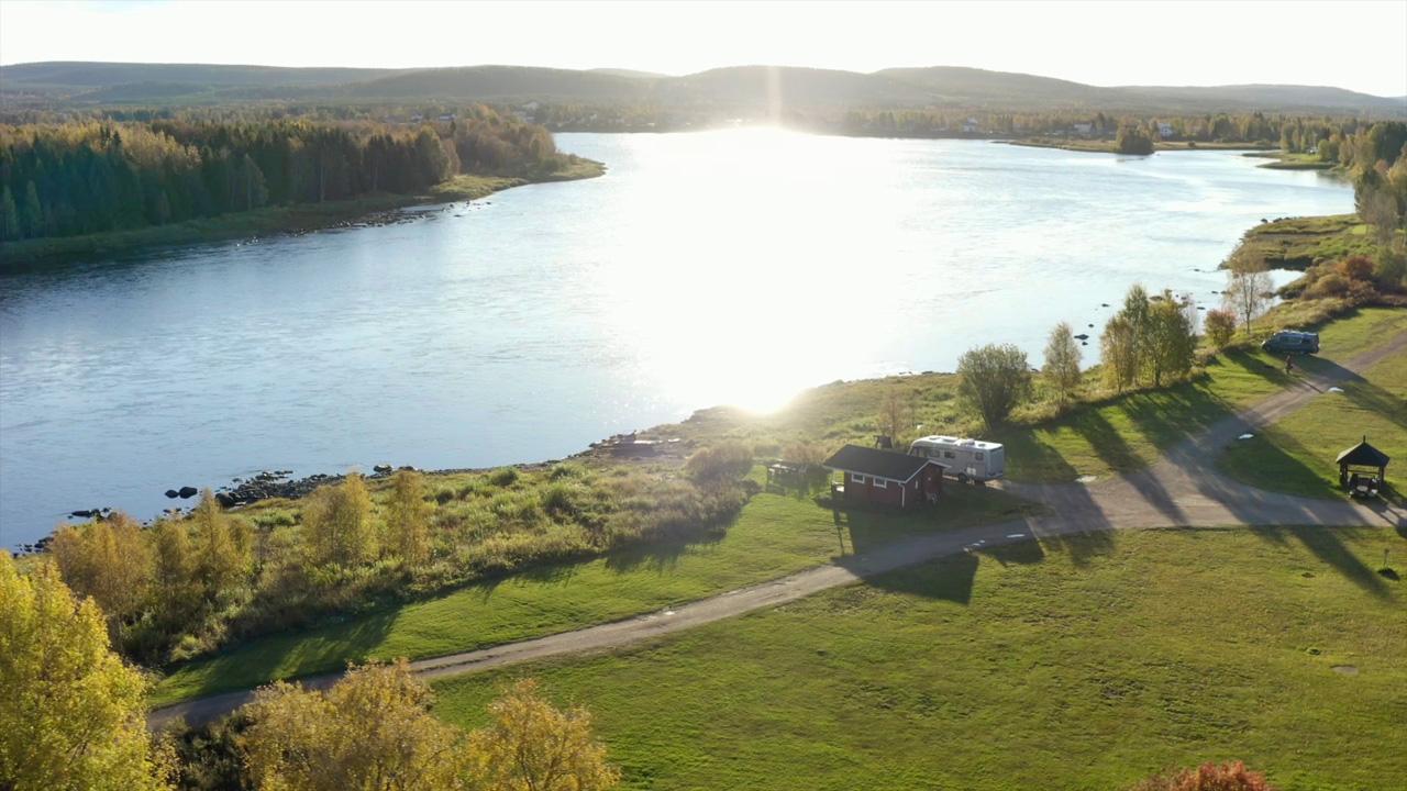Leirintäalue Pellossa Tornionjoen rannalla.