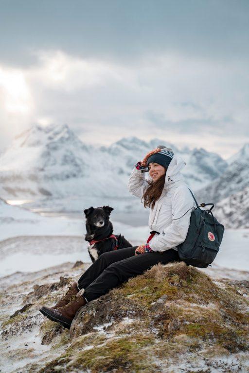 Elin ja Fazer-koira katselevat maisemia talvisessa Norjassa.