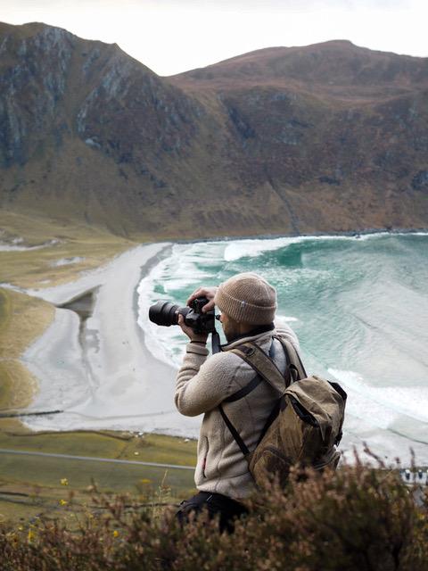 Valokuvauskeikka vuorella, taustalla upea surffiranta.