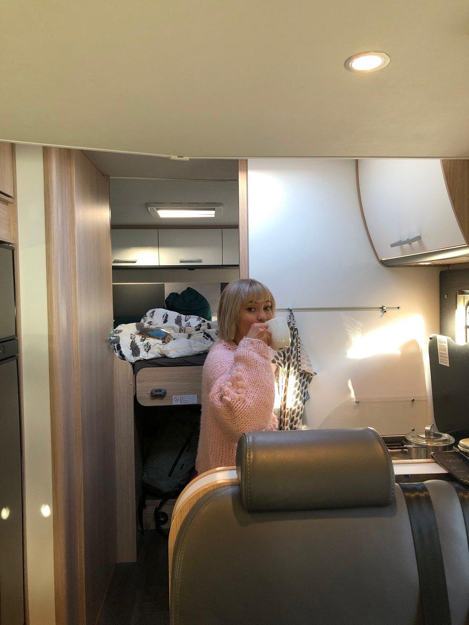 Matkailuautosta tuli kuin toinen koti Annalle - aamukahvit tässä keittiössä tuli juotua usein!
