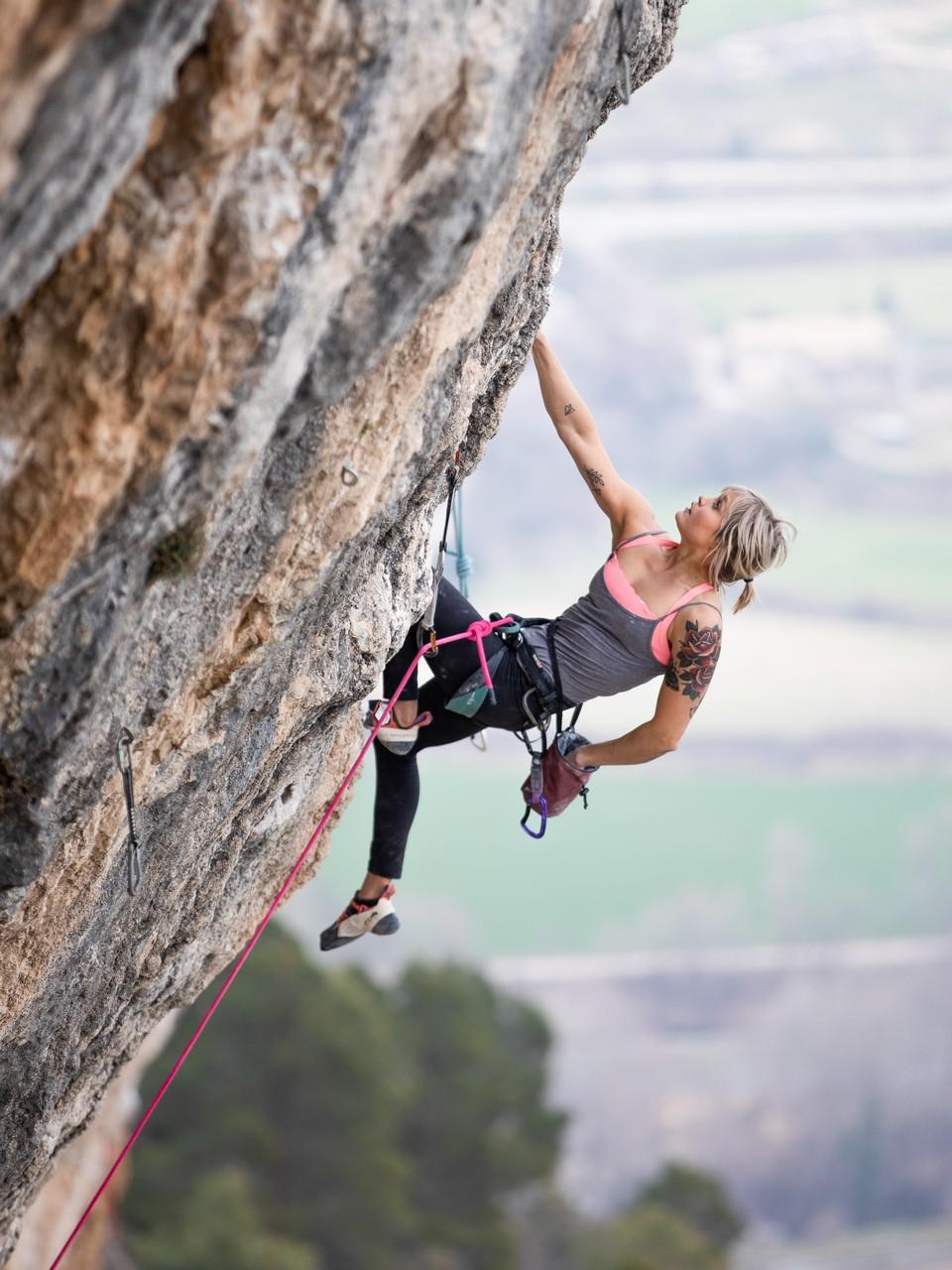 Anna Laitinen kiipeämässä kallionseinämällä.