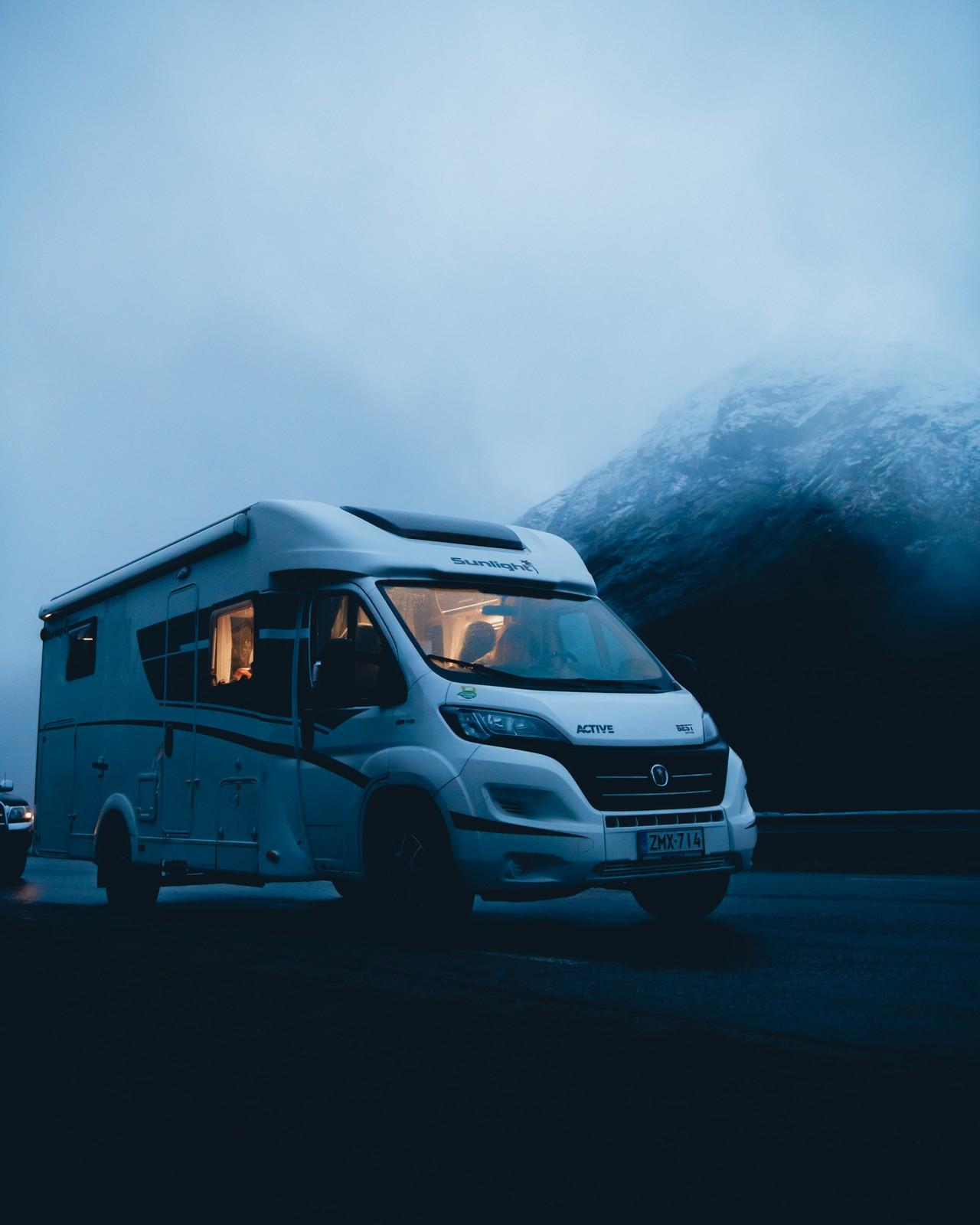 Etätoimiston valot hohtavat matkailuautosta pimeällä.