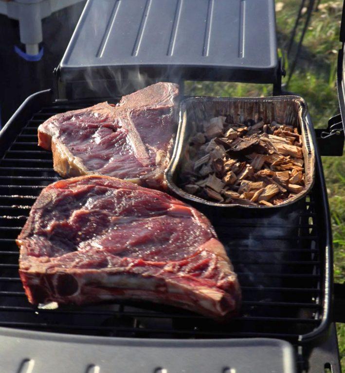Mehukkaat grillipihvit ovat vähintään 2,5 cm paksuja.