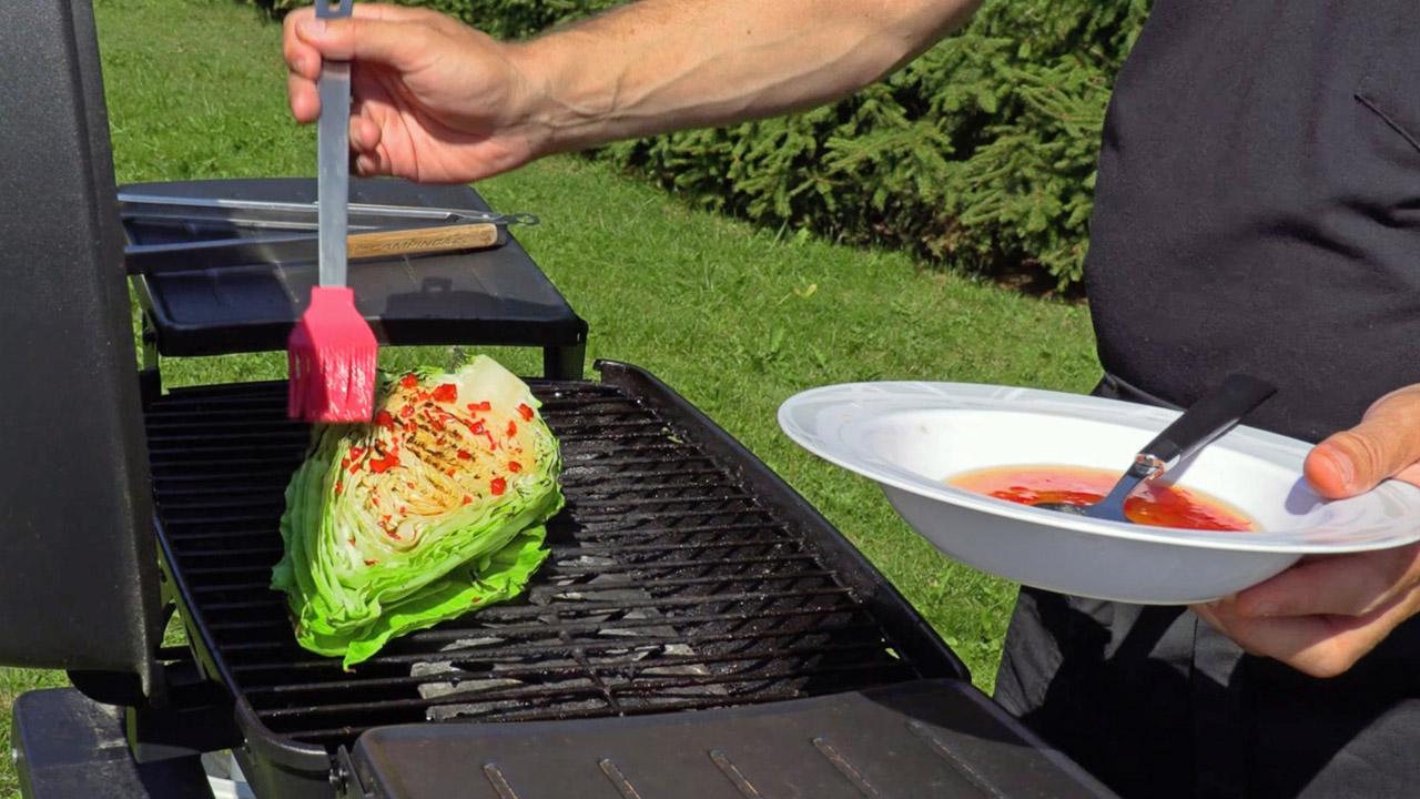 Karavaanarin kasvislounas sisältää myös grillattua suippokaalia.