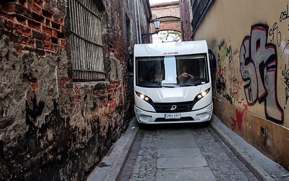 Kun lähtee matkailuautolla Itä-Euroopan kiertueelle, voi löytää itsensä ahtailta kaduilta.