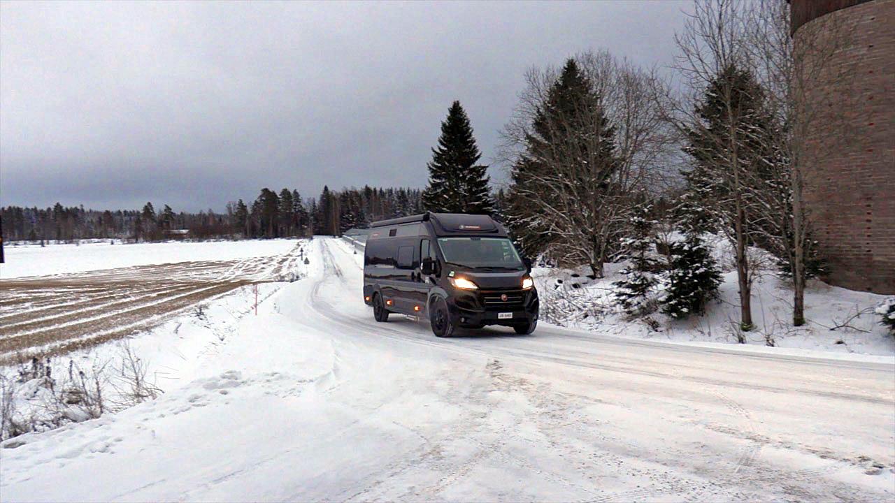 Challenger V217 Road Edition Premium ajossa talvella pikkutiellä.