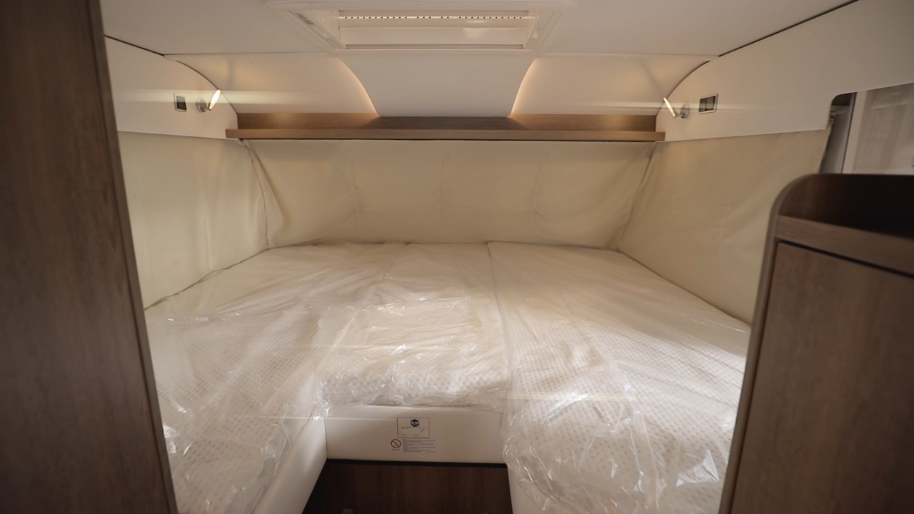 Alpan makuuhuone muodostuu laskuvuoteesta.