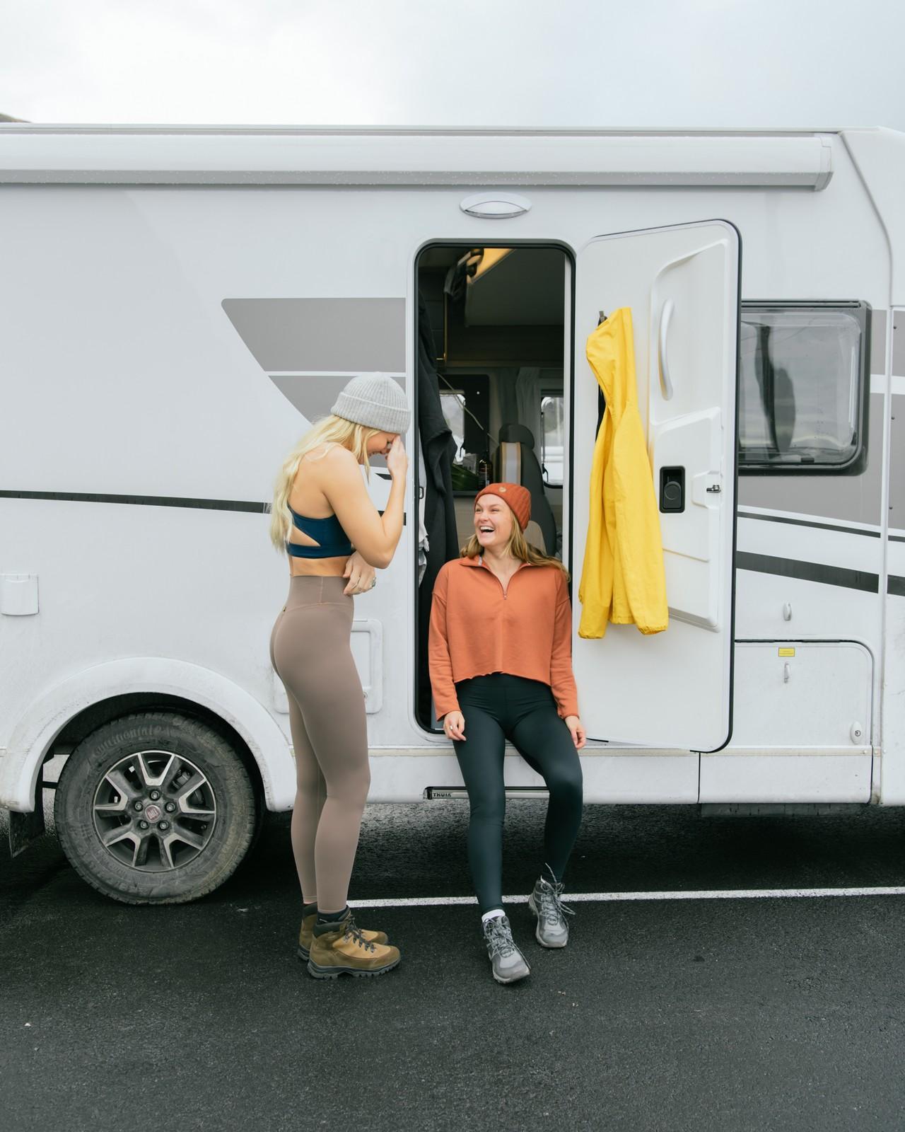 Laura ja Vivi matkailuauton ovella.