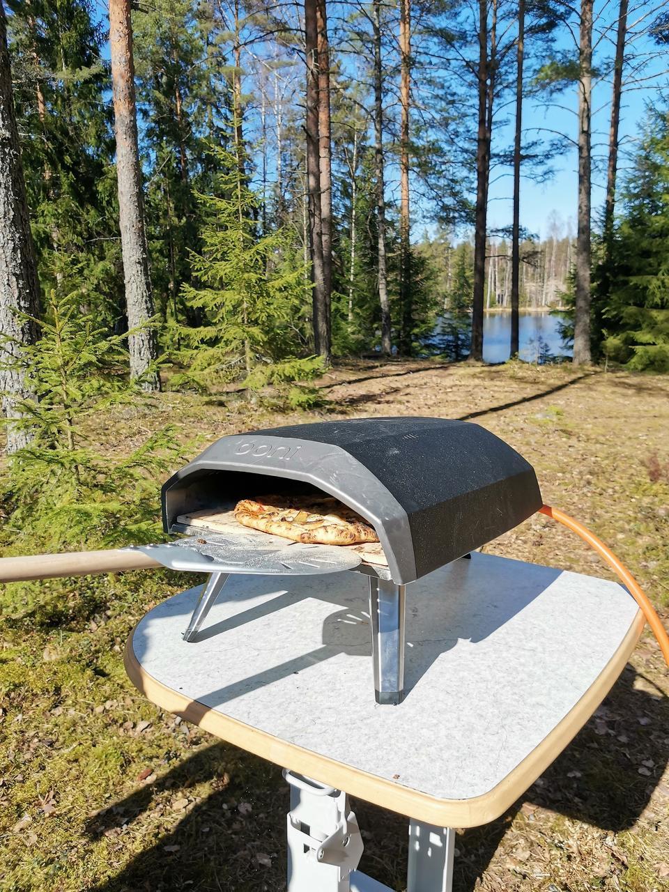 Kaasukäyttöinen pizzauuni mukana puskaparkissa.