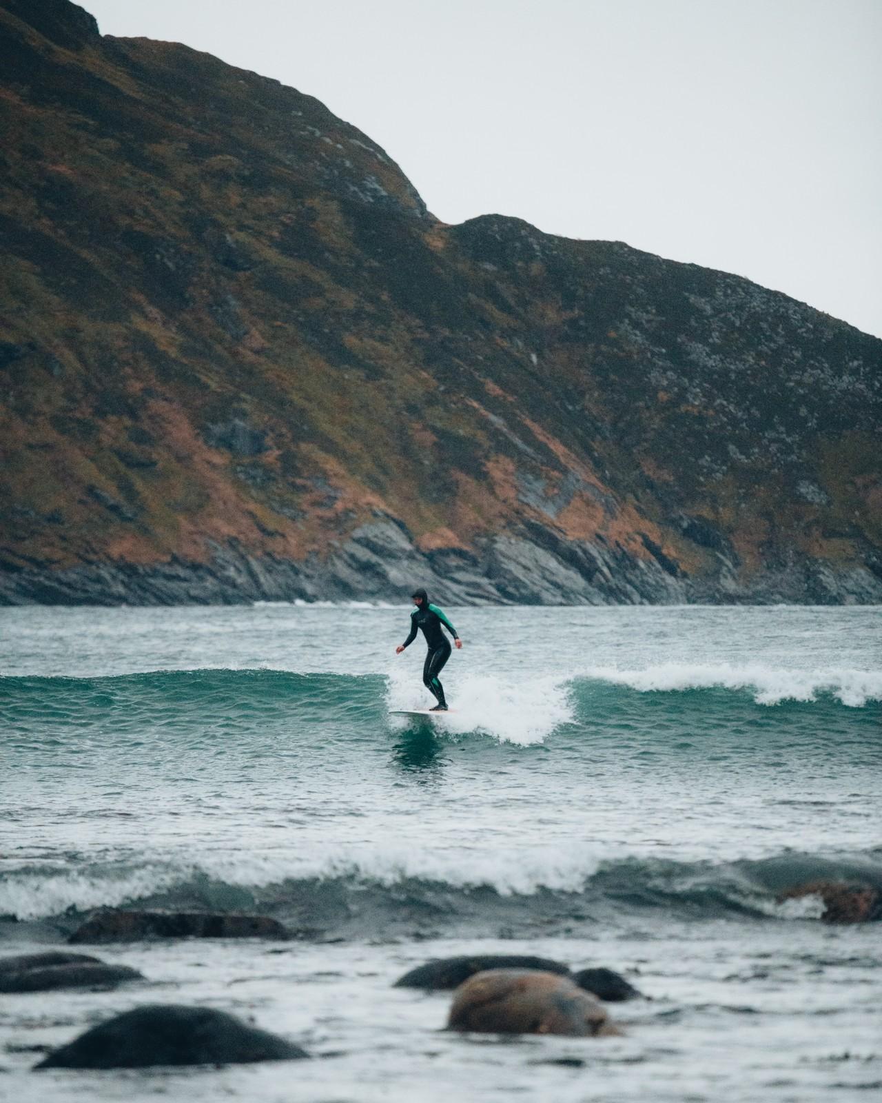 Laura surffaamassa Hoddevikin aalloilla.