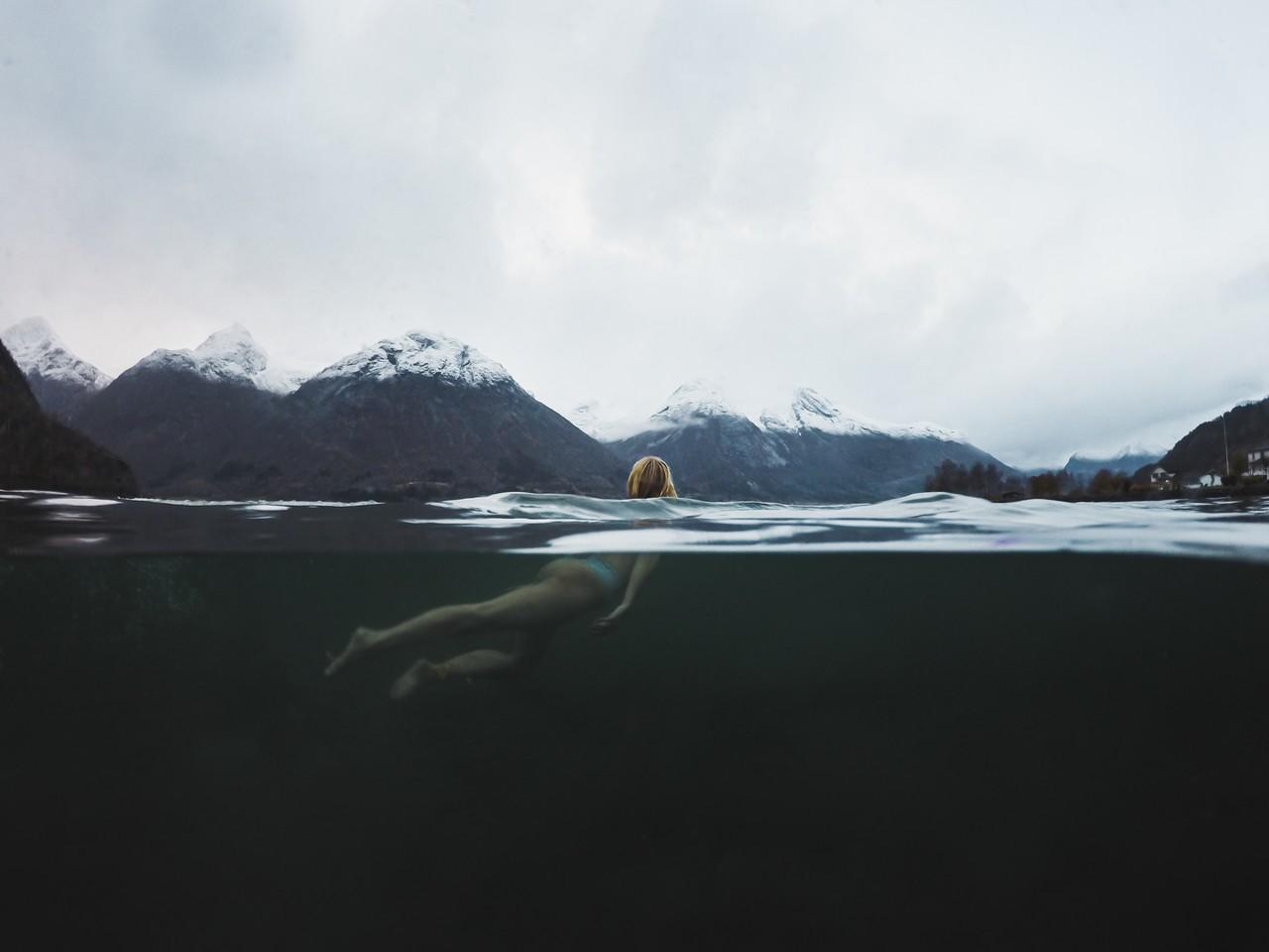 Uimassa vuonossa Norjassa.