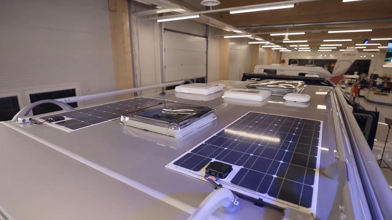 Aurinkopaneelit matkailuauton katolla