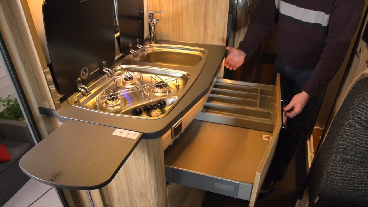 Hymer ML-T 570 CrossOver keittiö laatikostot auki.
