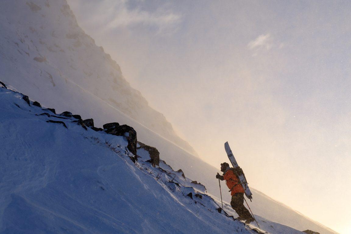 Antti Autti kiipeämässä tunturin huipulle matkailuautoreissullaan