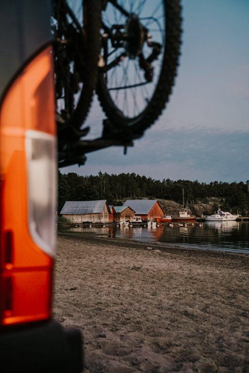 Ahvenanmaalainen rantamaisema matkailuauton takaa
