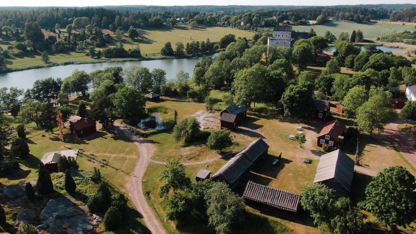 Kastelholman linnan ulkoilmamuseo ilmasta kuvattuna