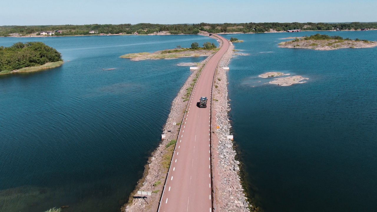 Lahden läpi kulkeva autotie Ahvenanmaalla