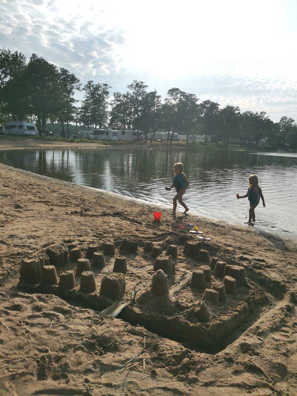 Lapset poroholman uimarannalla leikkimässä.
