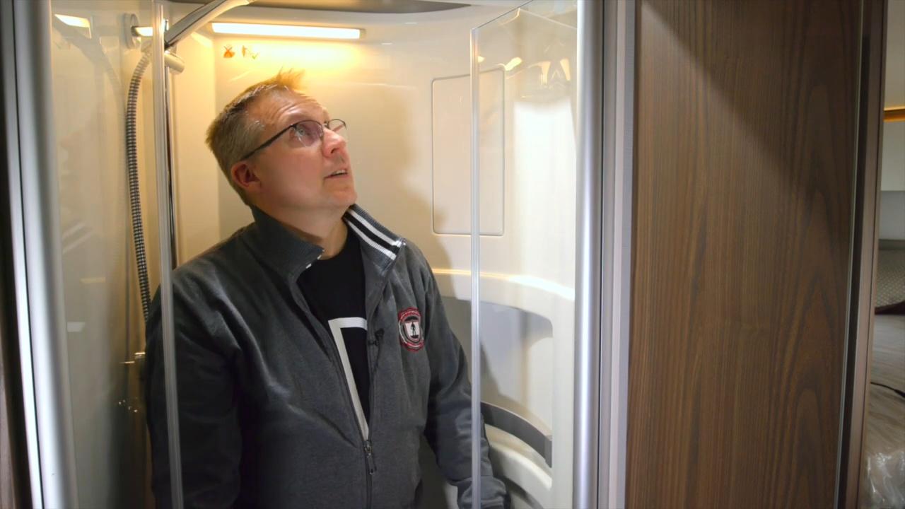 Hymer Masterline suihkukopin ovet ovat kestävää turvalasia