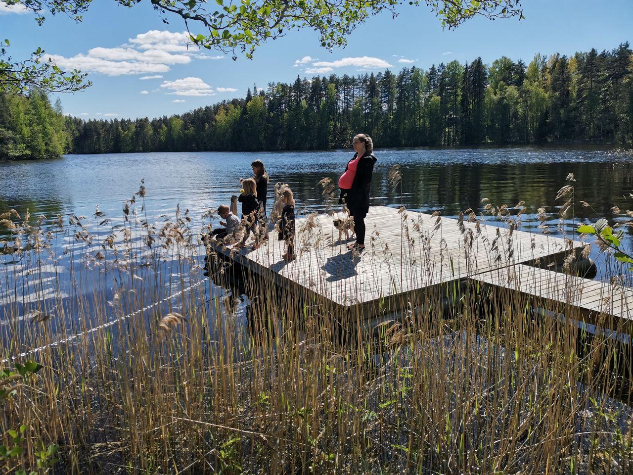 Perhe Pettersson-Nuotio laiturilla menossa uimaan