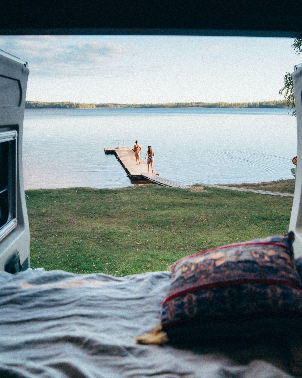 puskaparkissa järven rannalla