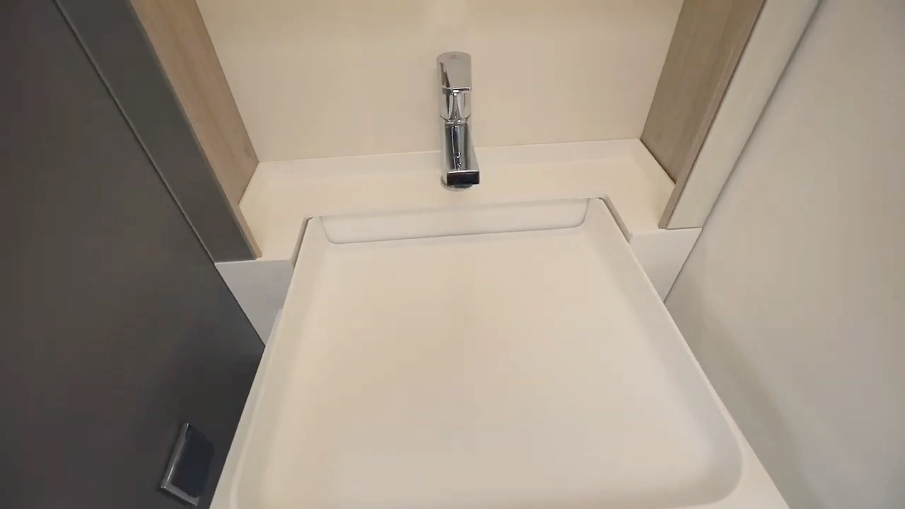 Avattava käsienpesuallas kylpyhuoneessa