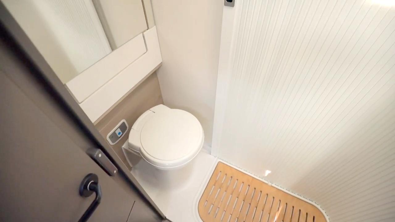 Matkailuauton kylpyhuone on moderni ja tilava