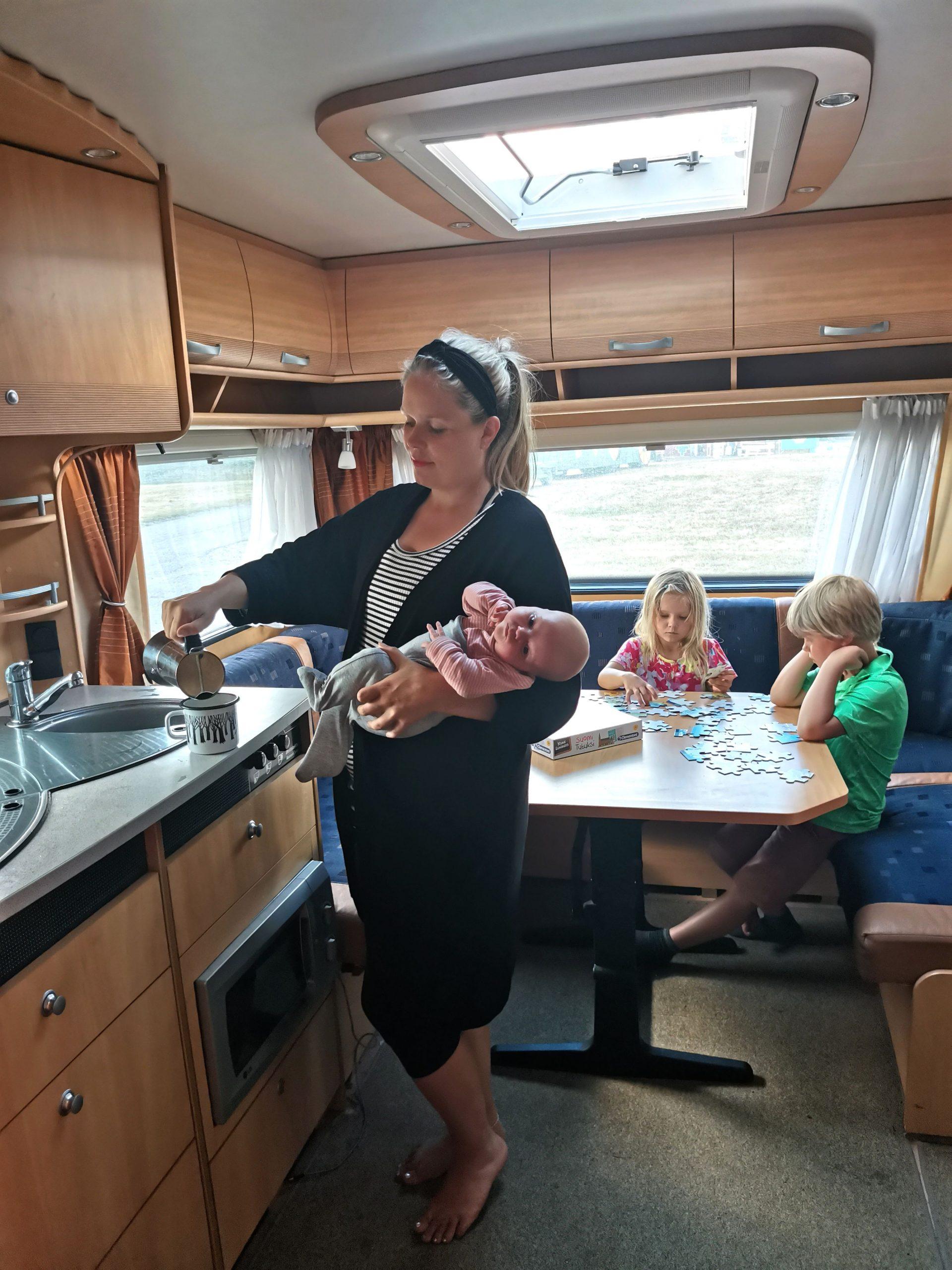 Lapsiperheen matkakodin keittiössä on paljon tilaa astioille ja ruoille.