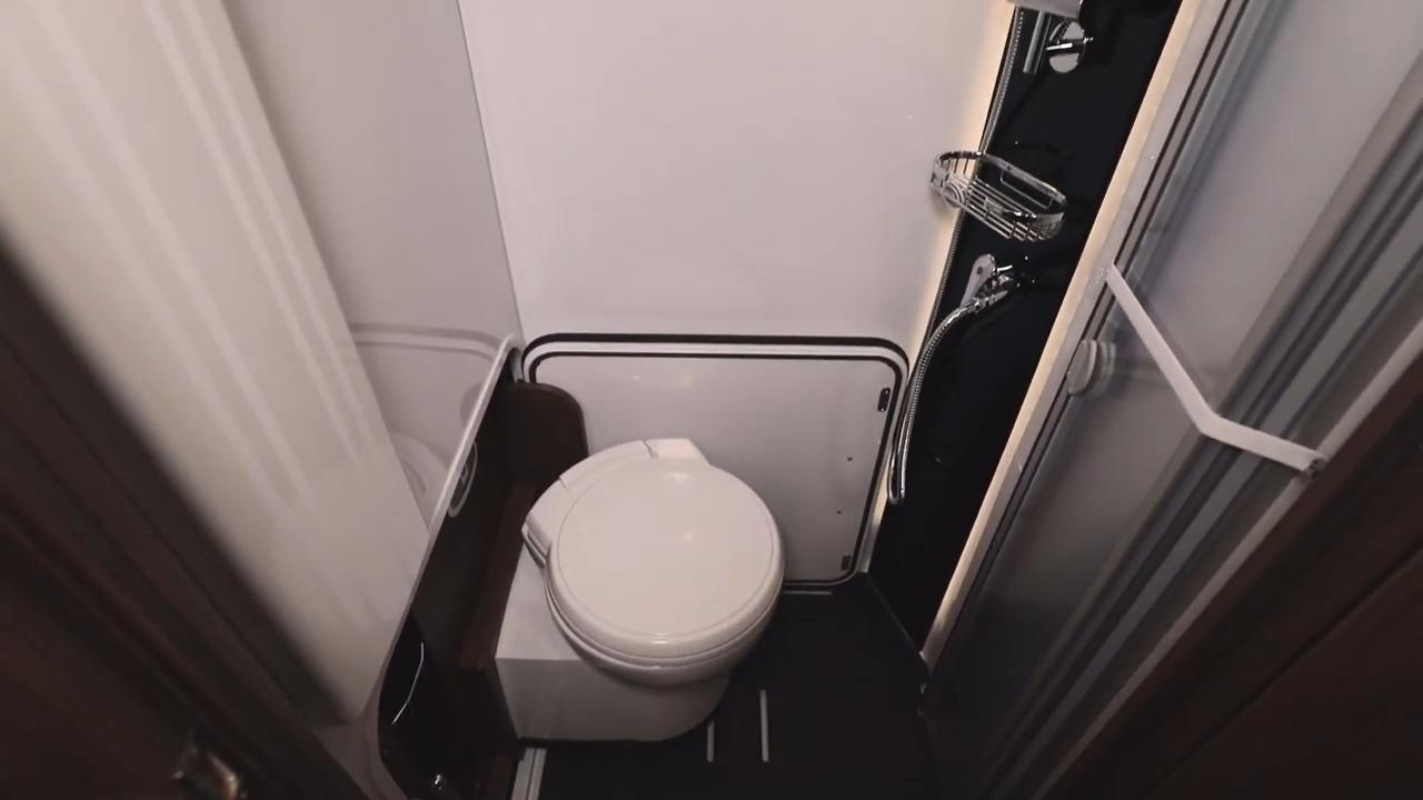 Arto 79E:n kylpyhuoneessa on kääntyvä wc-istuin