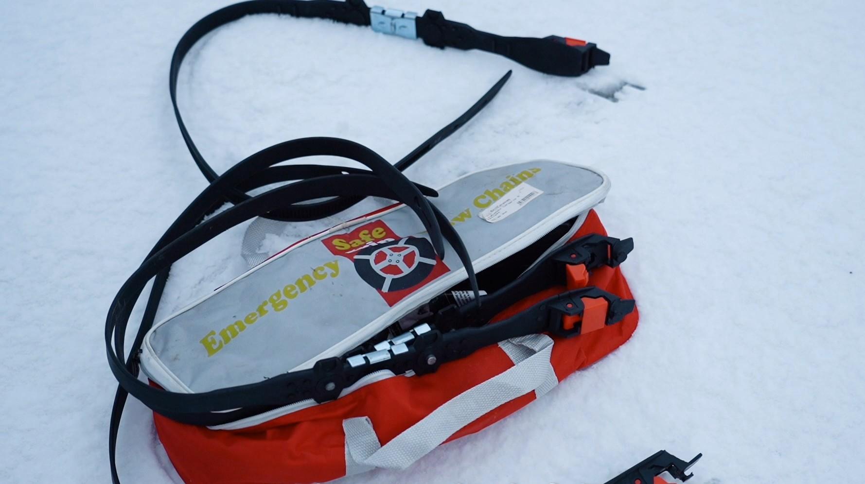Lumiketjut tai liukuesteet ovat tärkeä varuste talvimatkailijalle.