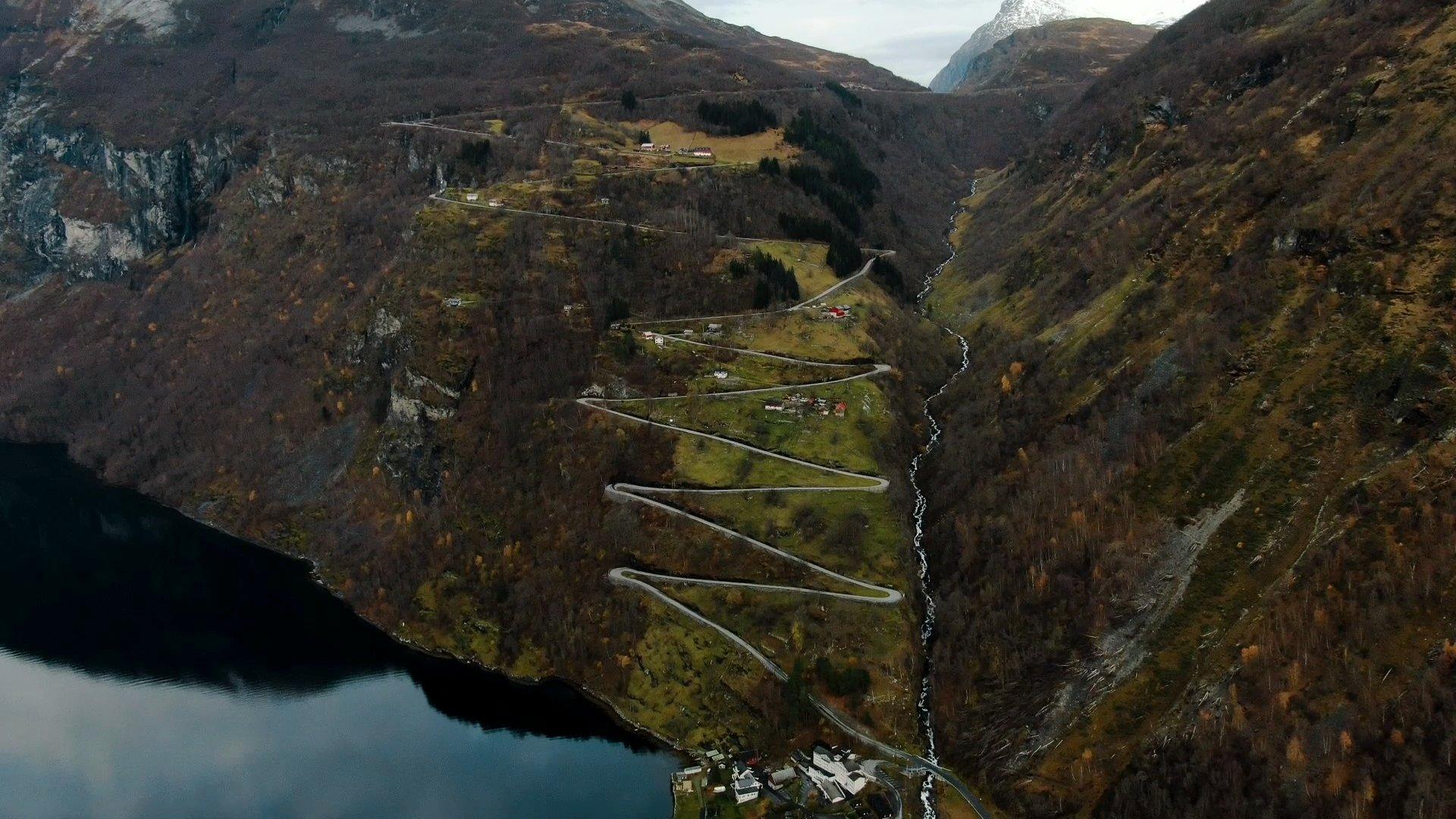 Ornevegen nousee Geirangerin kylästä.